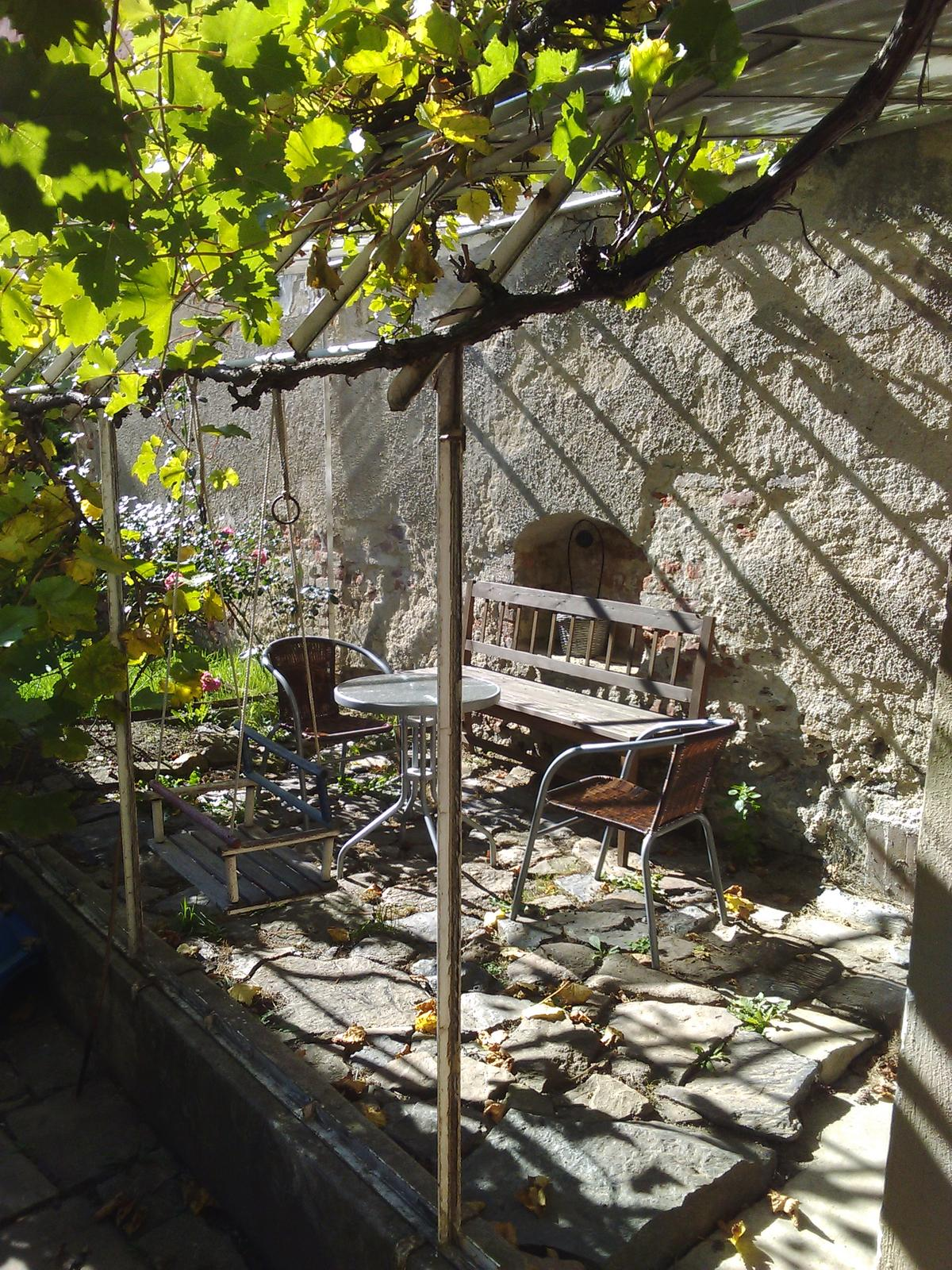 Sladký podzim v mojí kavárně - Posezení v bývalém skleníku - neměli jsme sílu řešit pergolu,  ale lidé si jej kupodivu oblíbili:)