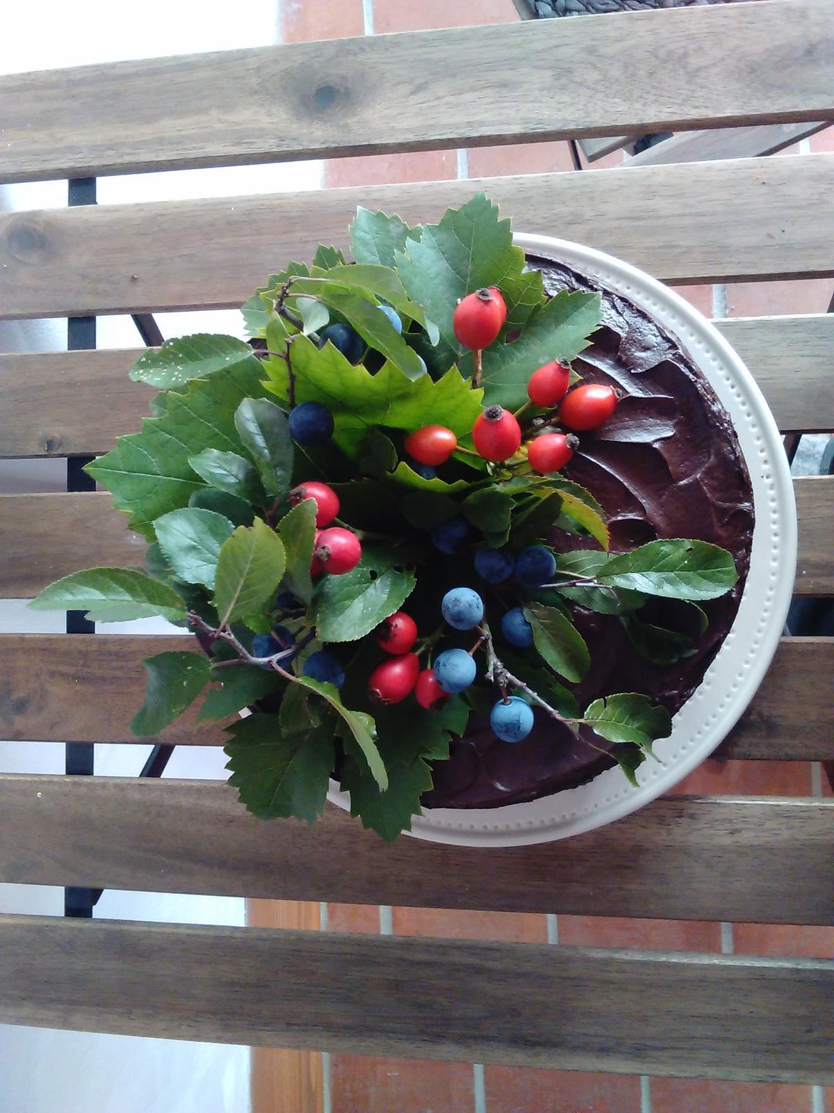 Sladký podzim v mojí kavárně - Náplň s lehkým šlehačkovym krémem a malinami,  čokoládová ganache nahoru,  snědl se snad do hodiny:)