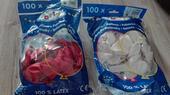 56 ks bílých balonků a 51 ks červených balonků,