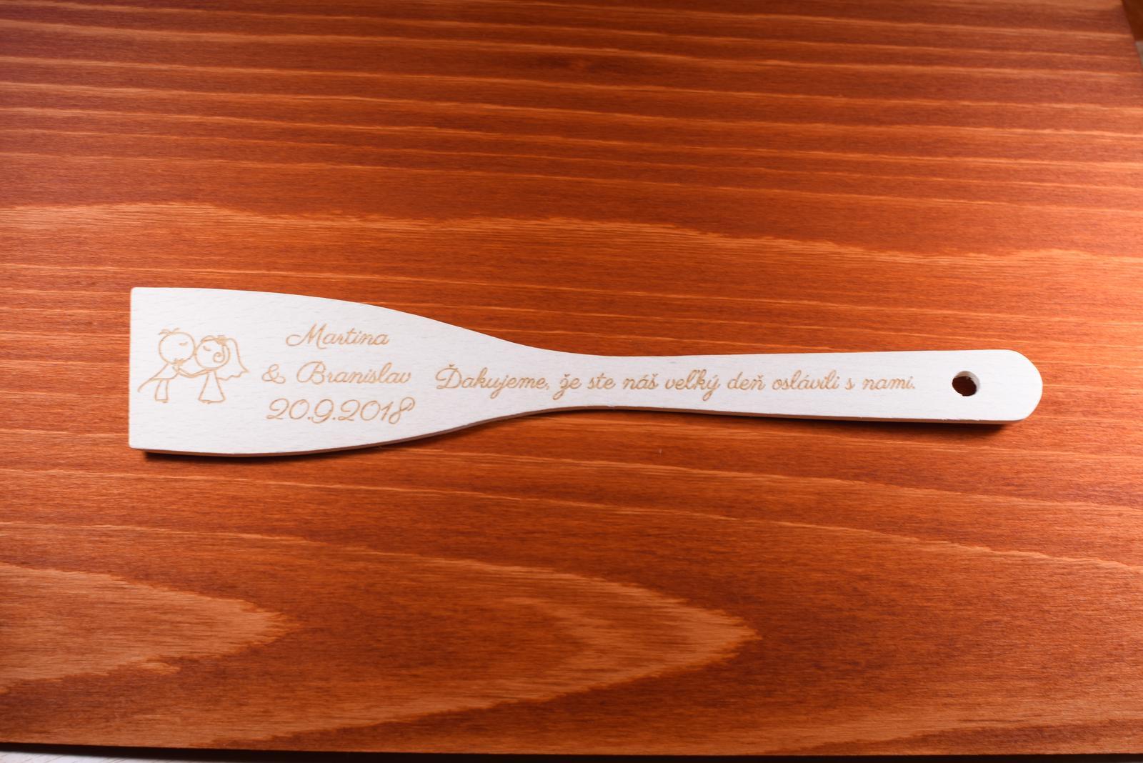 Vareška drevená gravírovaná darček svadobčanom 1 - Obrázok č. 1