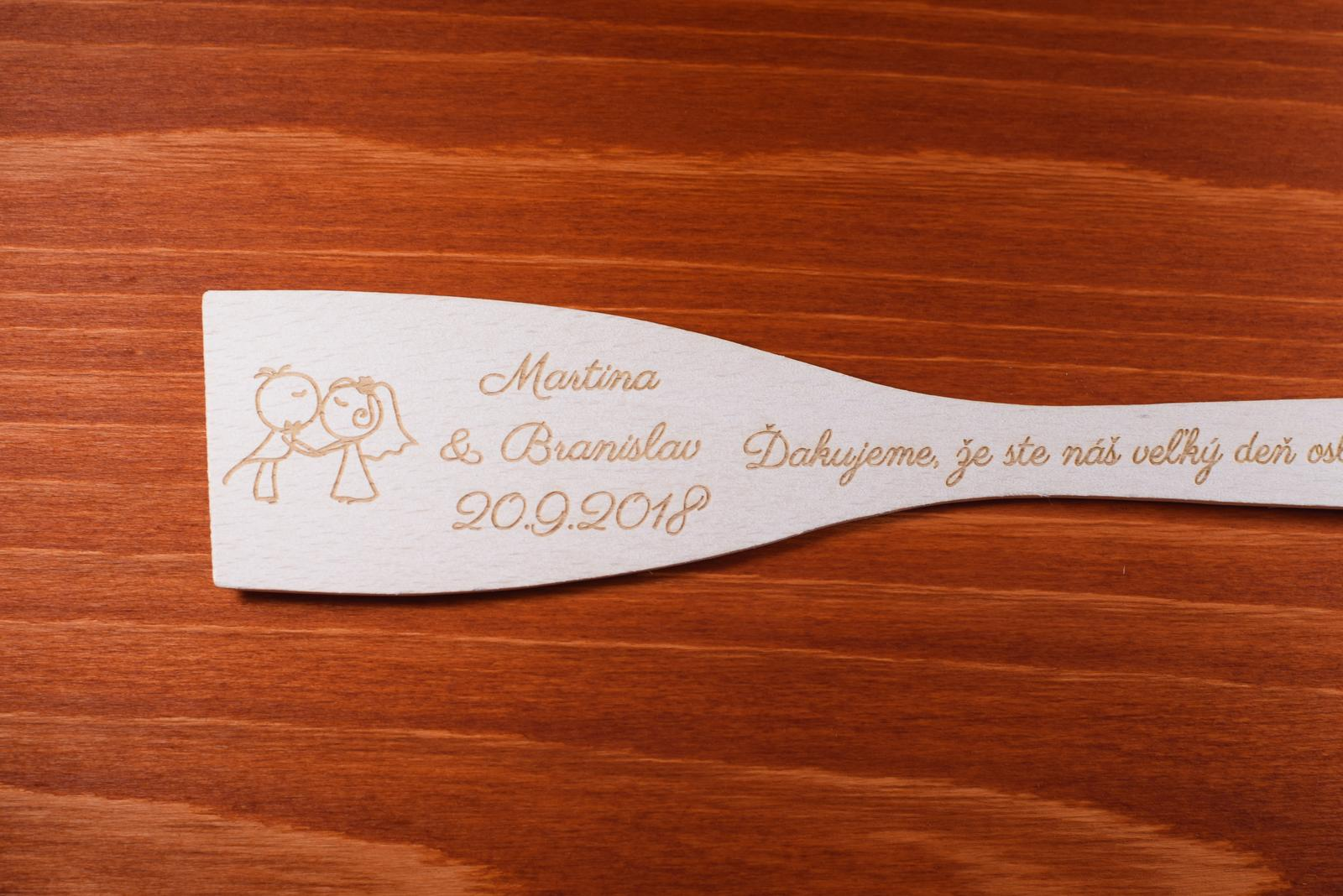 Vareška drevená gravírovaná darček svadobčanom 1 - Obrázok č. 2
