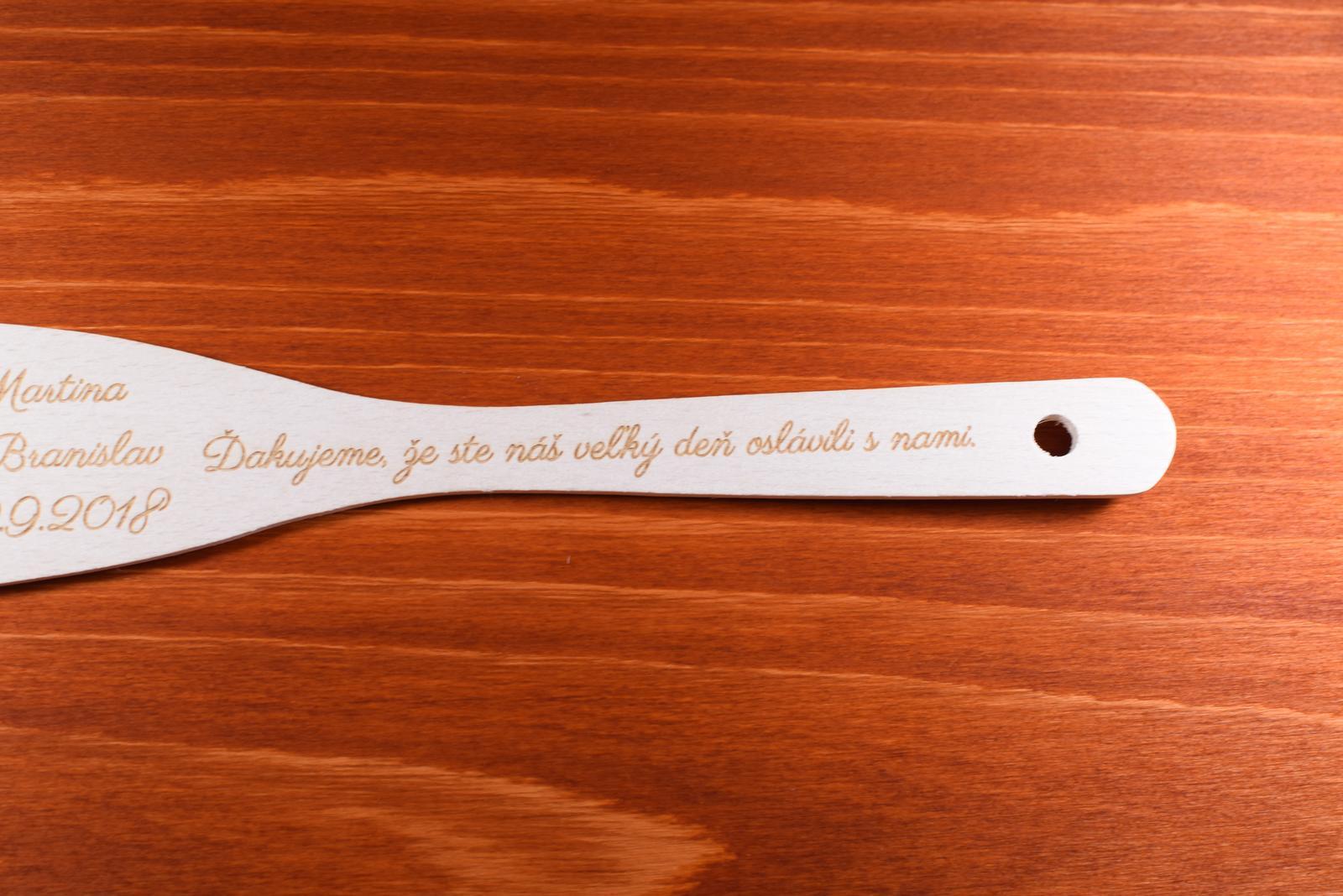 Vareška drevená gravírovaná darček svadobčanom 1 - Obrázok č. 3