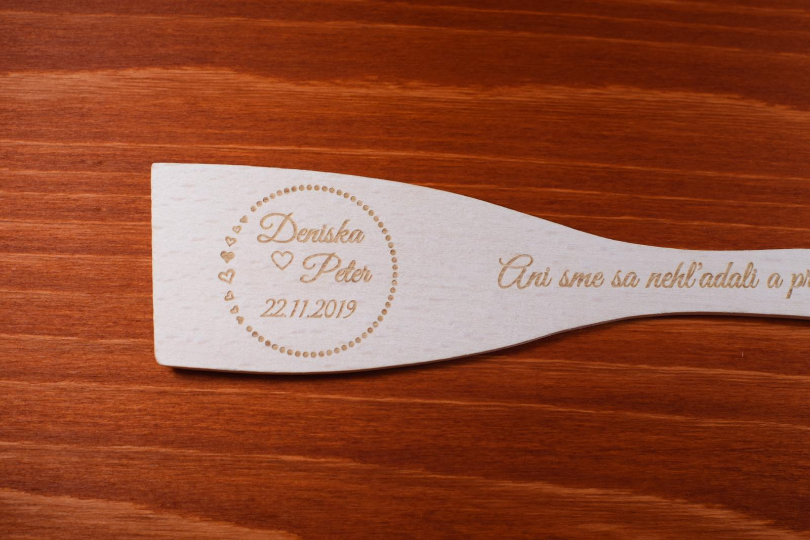 Vareška drevená gravírovaná darček svadobčanom 2 - Obrázok č. 2