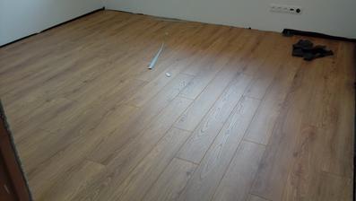 podlaha v celom dome hotovo za 1 den a velmi pekne spravená, perfektní chlapi - dakujem im :-)