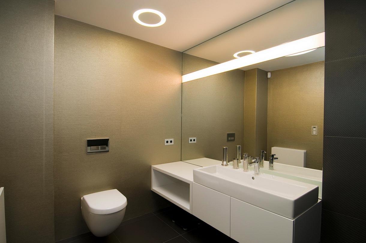Tapeta v kúpeľni v kombinácií s obkladom - stena pri WC - vliesová umývateľná tapeta