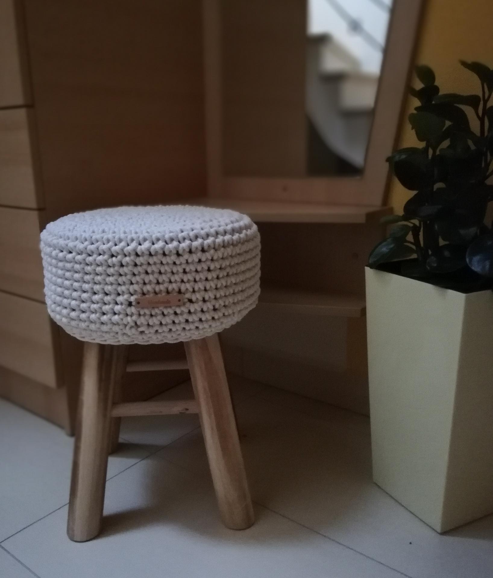Doplňky - Stolička s háčkovaným potahem, tentokrát v barvičce NATURAL
