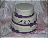 Svatební dort se stuhami ve fialové barvě