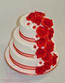 Svatební dort s červenými růžemi