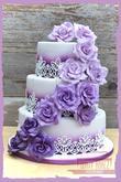 Svatební dort s růžemi ve fialových tónech