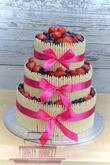 Svatební dort s čokolýdovými trubičkami a čerstvým lesním ovocem