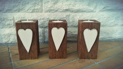 . Svietniky su, z duboveho dreva.Drevo je vykartacovane pre zvyraznenie struktury dreva. Srdiecka su tiez drevene, malovane bielou farbou a vdaka spec. laku mierne popraskane.