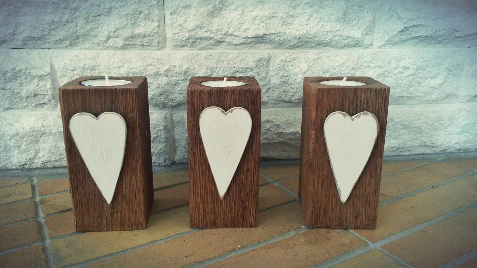 Drevene dekoracie... moja zaluba... - . Svietniky su, z duboveho dreva.Drevo je vykartacovane pre zvyraznenie struktury dreva. Srdiecka su tiez drevene, malovane bielou farbou a vdaka spec. laku mierne popraskane.