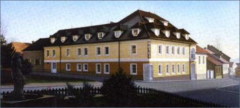 Hotel Bílý Lev: tady se budeme veselit, jíst, pít, tančit... a pak všichni spinkat. www.bilylev.cz