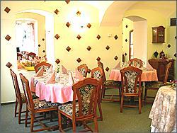 restaurace hotelu: mají jí šikovně předělenou na 2 třetiny pro svatební tabuli a 1 třetinu pro taneční parket