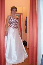 ADINA 2: varianta s vínovým zdobením, šaty jsou ale bílé (ne šampaň)
