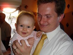 nejmladší svatebčanka Eliška s tatínkem