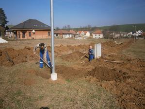 Prvé výkopové práce... príprava na el. prípojku - 08.03.2014