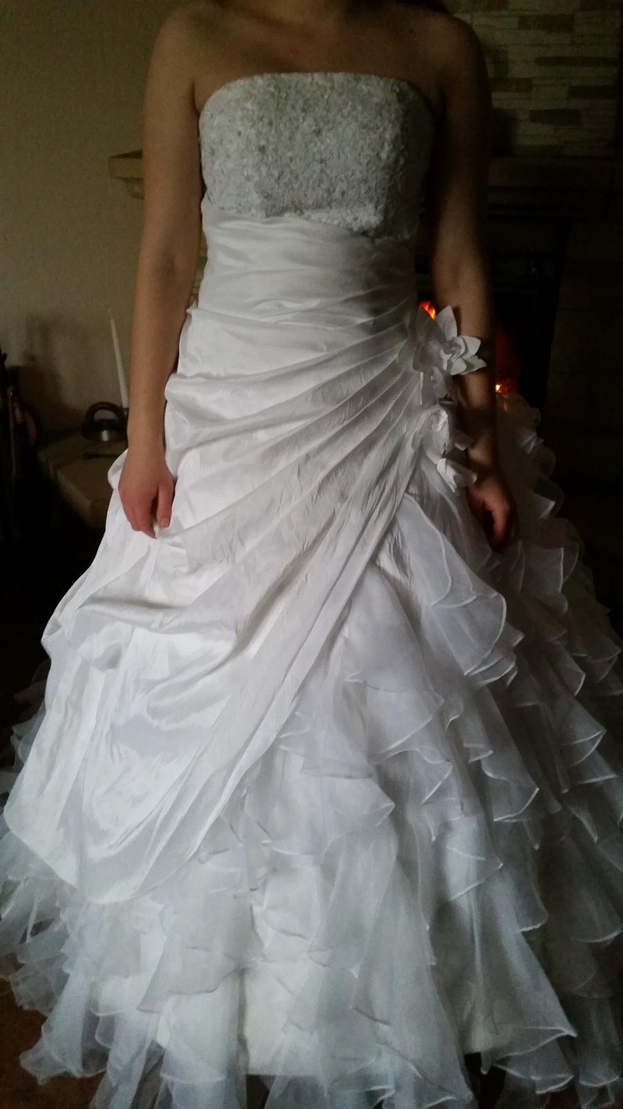 bohaté volánkové šaty - Obrázek č. 2