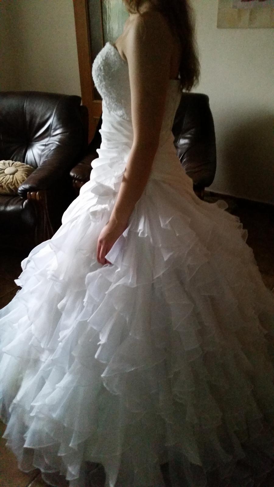 bohaté volánkové šaty - Obrázek č. 4