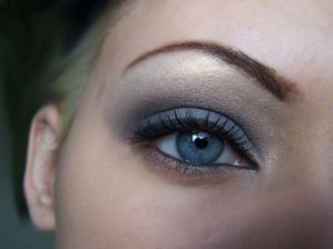 Líčení by mohlo být mírně a la femme fatale, anebo takové, které zvýrazní má modrá očiska.