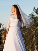 Šifonové svatební šaty s krajkovými rukávy, 34