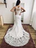 Úzké svatební šaty s královskou vlečkou, 32