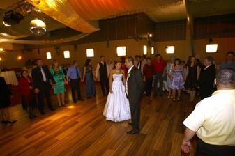 posledný tanec s nevestou a so ženíchom práve začína