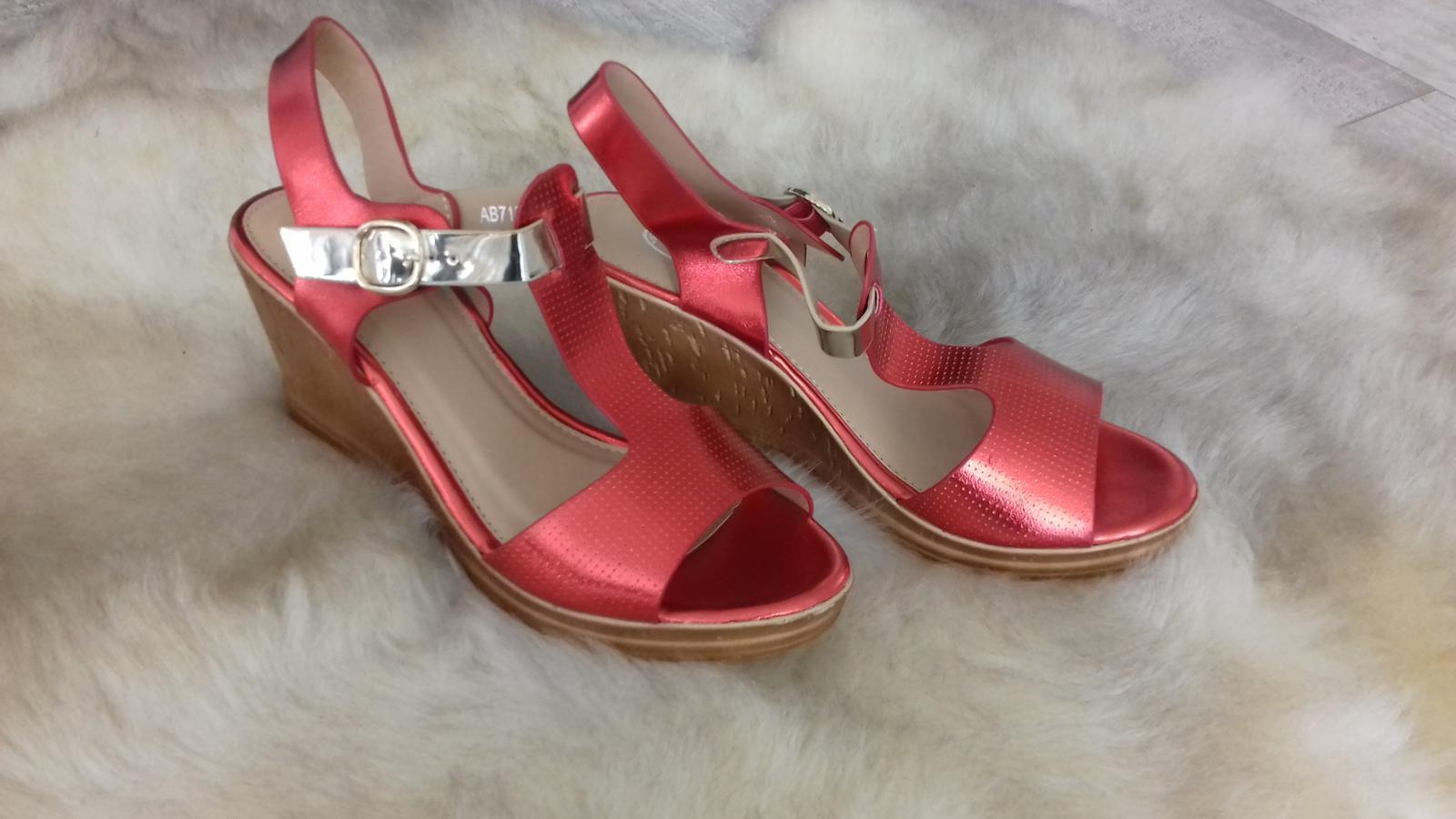 Sandále červeno-zlatej farby - Obrázok č. 1