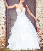 Bílé svatební šaty se zajímavým výstřihem, 38