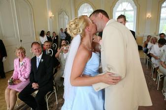 První novomanželský minutový polibek :-)