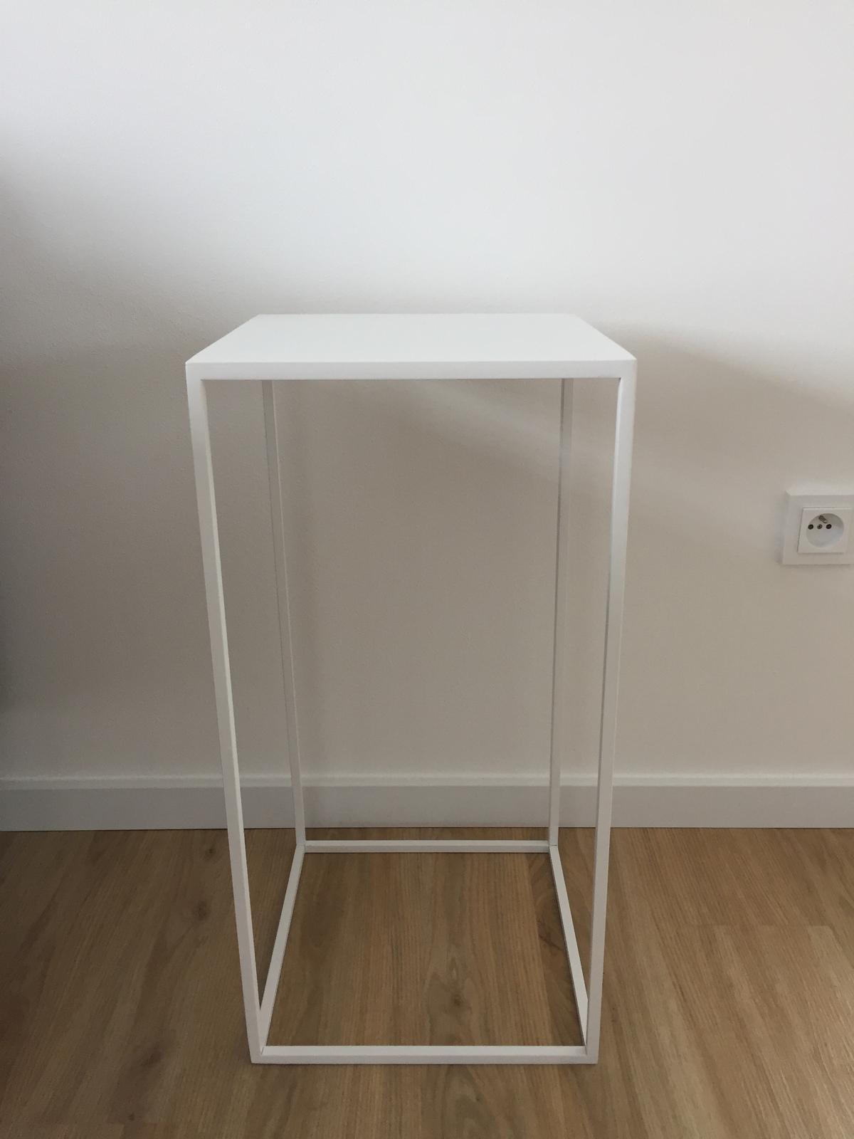Bílý odkládací stolek - Obrázok č. 1