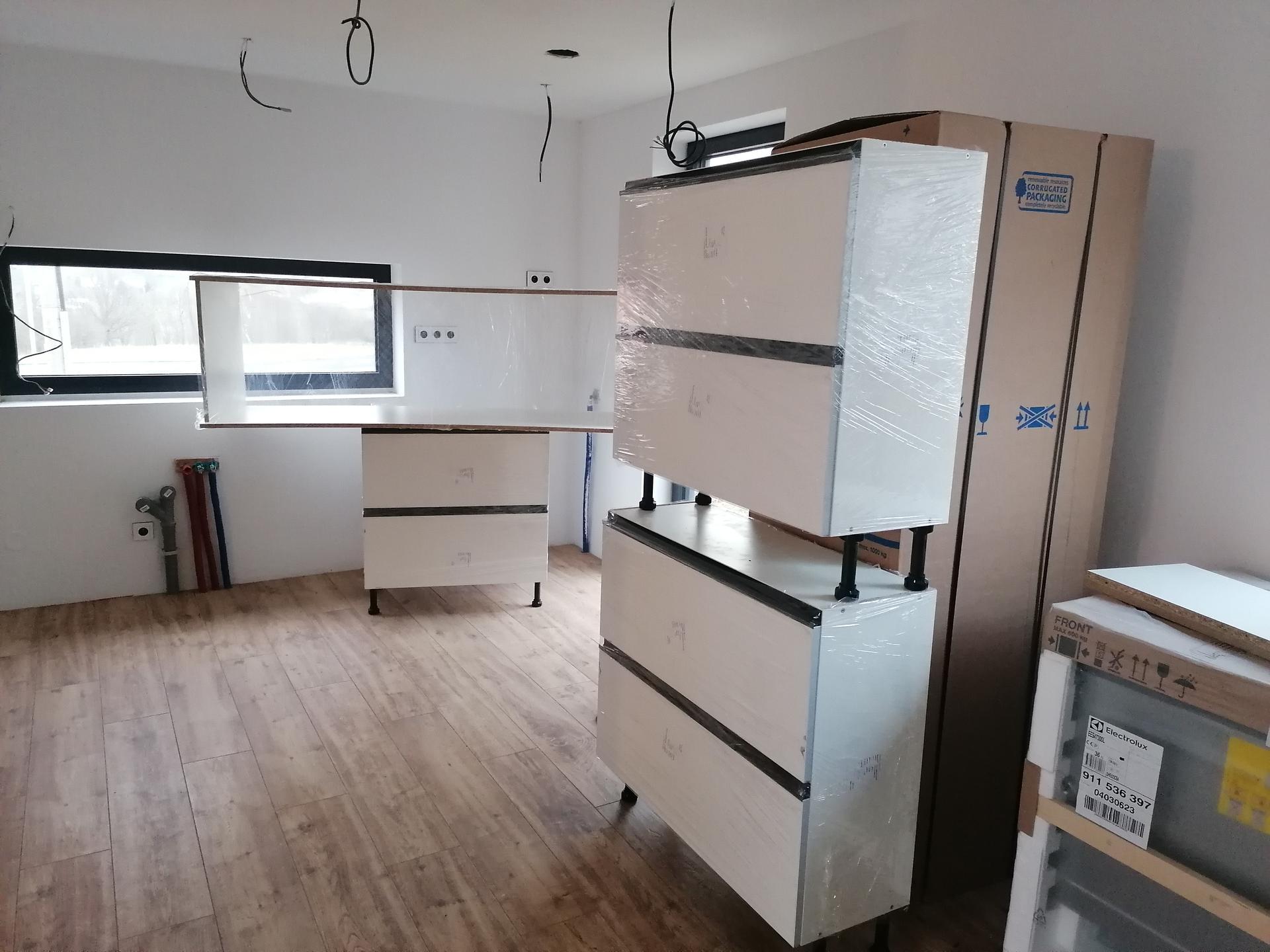 Pasiv Svépomocí 2021 - kuchyň Egger Perfectsense matt + dub Halifax pírodní