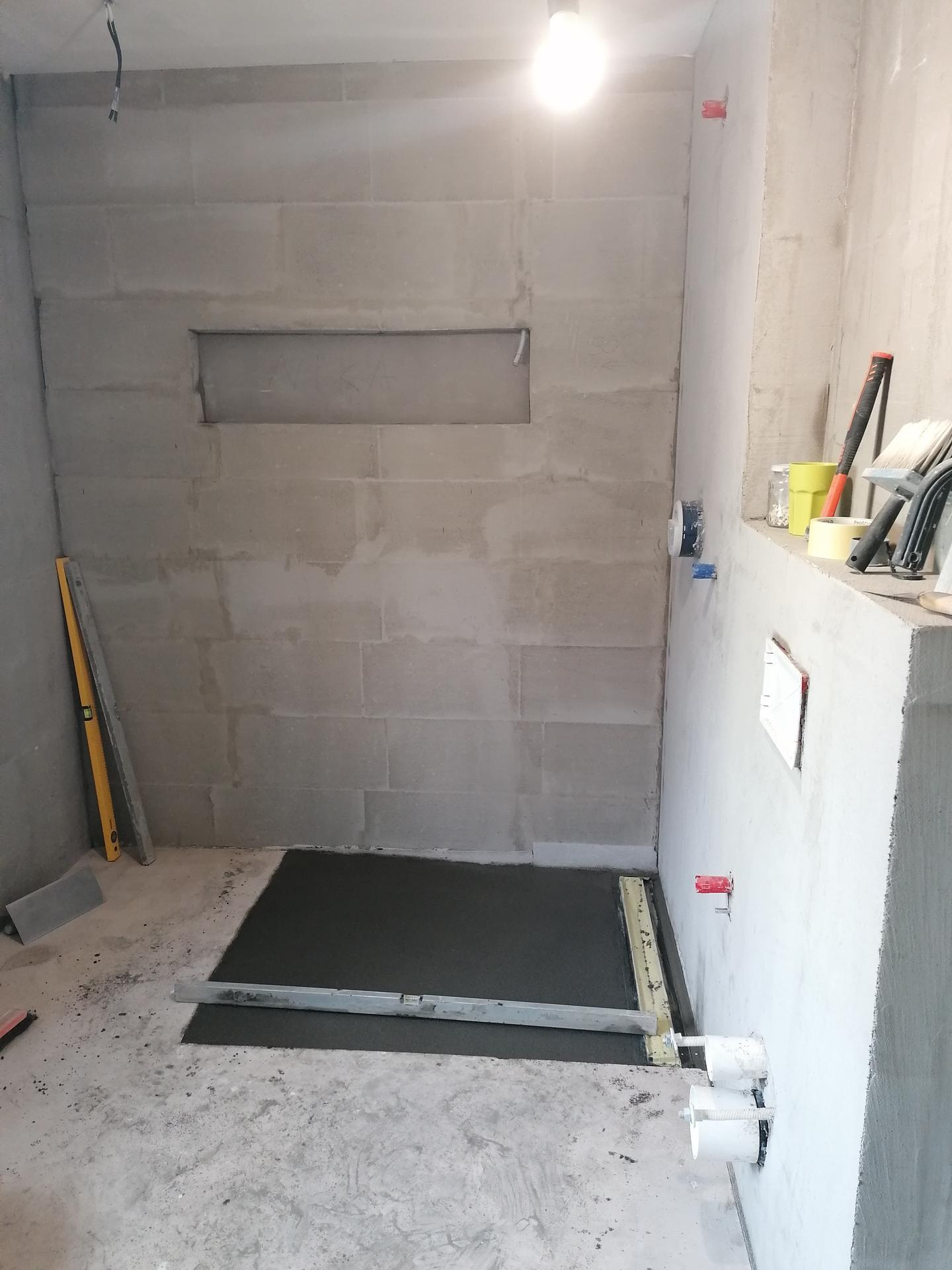 Pasiv Svépomocí 2021 - koupelna v přízemí - vybetonovaný kout