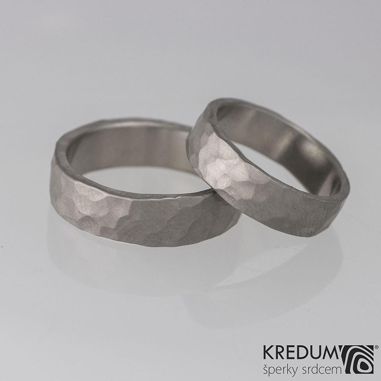 Přírodní svatba - i naše prstýnky jsou do ,,nature,, stylu- ručně tepané