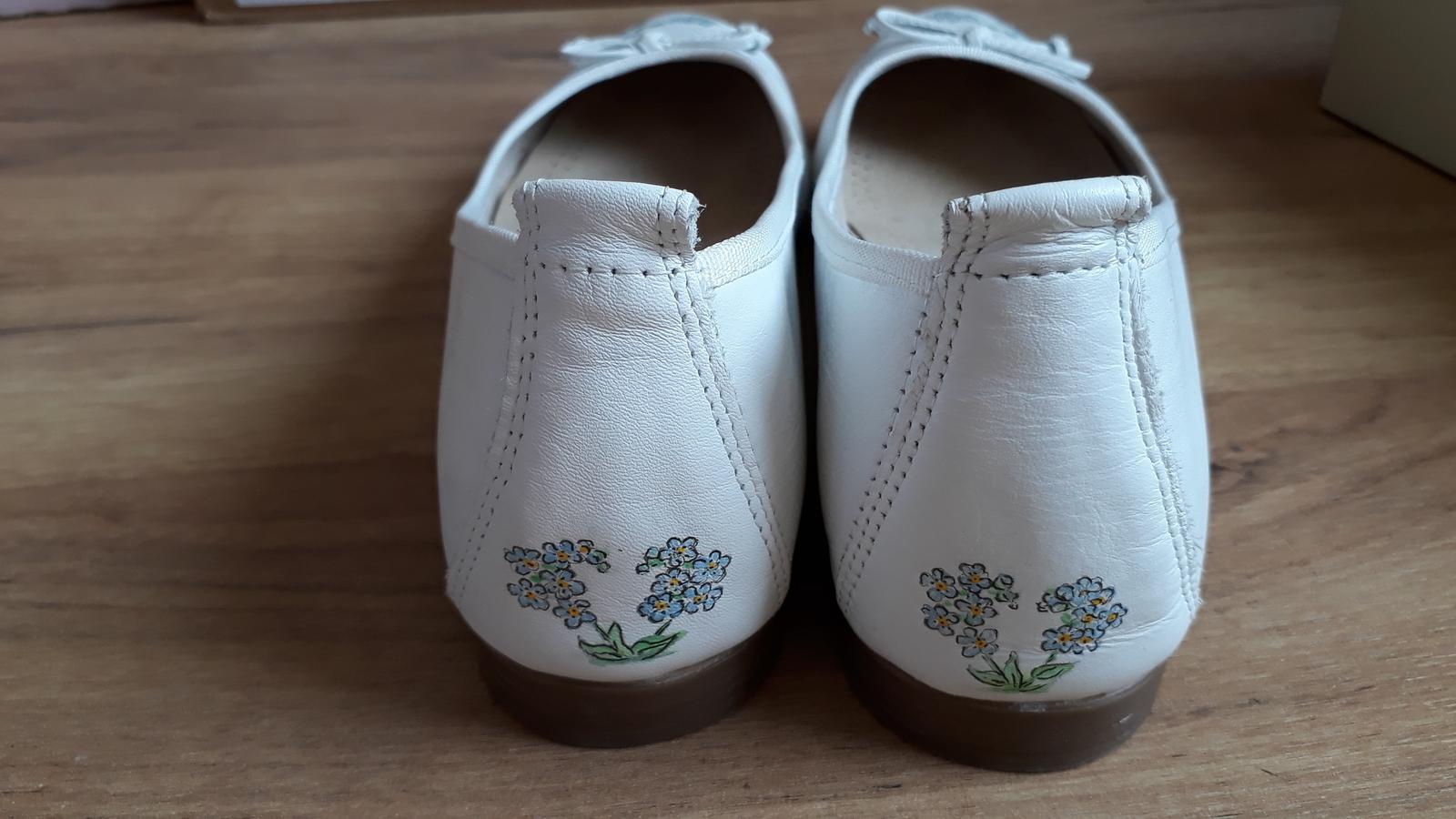Co uz mame... - Zadni strana svatebnich boticek-kreslila ma nejsikovnejsi babicka. Pry boty s pribehem- 2 pomnenkove rostlinky,ktere k sobe s laskou sklani jako ja s muzem :-)
