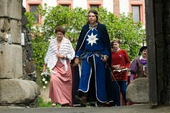 ženich s maminkou vchází do hradu