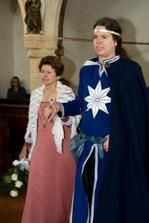 ženich vchází do kaple