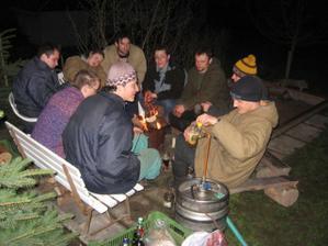 ...a posledních pár statečných hlídá u piva až do rána...