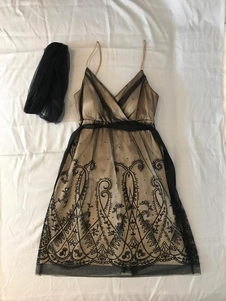 Luxusné béžové šaty s čiernou čipkou  - Obrázok č. 1
