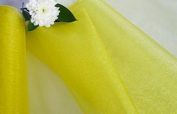 Žlutý pruh uprostřed stolu