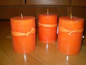 K oranžovej výzdobe oranžové sviečky, ešte ich prizdobím ...