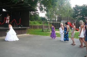 Házení kytice....hádejte kdo se bude vdávat...Haniiii? :-)