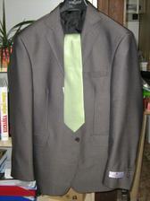oblek (šedý, kravata světle zelená) ve skutečnosti hezčí