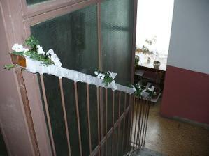 Výzdoba na schodisku v paneláku...
