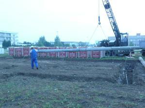 do základů jsme sehnali betonové sloupy