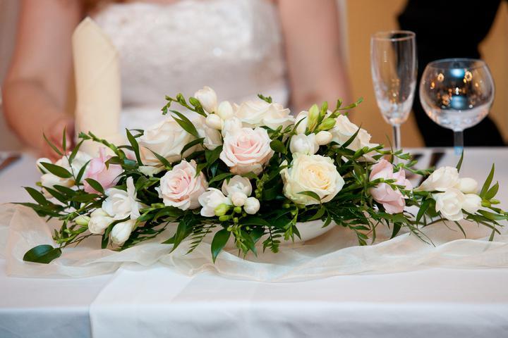 Kytičky a vše kolem - květina na čele stolu