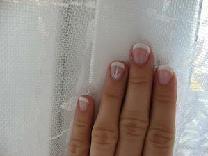 nehty jsem chtěla jen francii a lehce netradiční zdobení prsteníčku (nápad byl ženicha). I takhle mohou vypadat gelové nehty...
