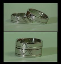 Prsteny dle vlastního návrhu (poupravený panem zlatníkem) z  bílého zlata. Autorem je opět pan Mádr z pražských Vysočan.