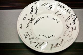 Na památku jsme si koupili talíř se širokým okrajem, ze kterého jsme jedli společnou polévku. Po obědě se nám na něj všichni hosté podepsali fixou na porcelán.  Bílé fleky jsou od zabarvení příjmení některých hostů (na původní fotce nebyly).