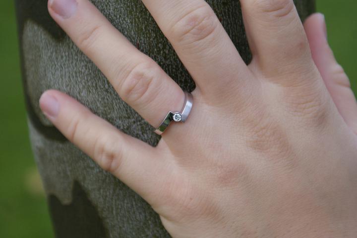 Představy a realita - Zásnubní prsten nechal udělat (tehdy ještě) přítel u zlatníka Mádra. Přítel zná můj vkus a trefil se víc, než doufal:o)